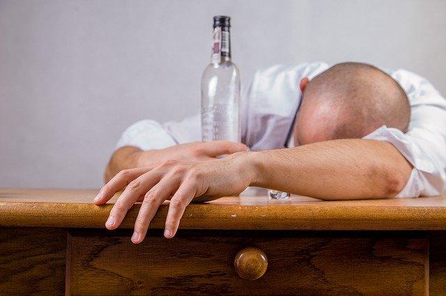 Mąż uzależniony od alkoholu – co zrobić?
